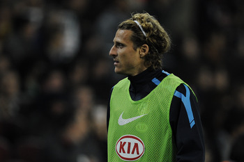 BARCELONA, SPAIN - FEBRUARY 05:  Diego Forlan of Atletico Madrid looks on as he warms up during the La Liga match between Barcelona and Atletico de Madrid at Camp Nou on February 5, 2011 in Barcelona, Spain. Barcelona won 3-0.  (Photo by David Ramos/Getty