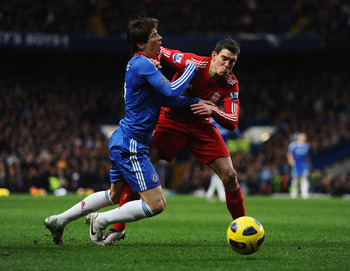 LONDON, ENGLAND - FEBRUARY 06:  Fernando Torres of Chelsea is challenged by Daniel Agger of Liverpool during the Barclays Premier League match between Chelsea and Liverpool at Stamford Bridge on February 6, 2011 in London, England.  (Photo by Laurence Gri