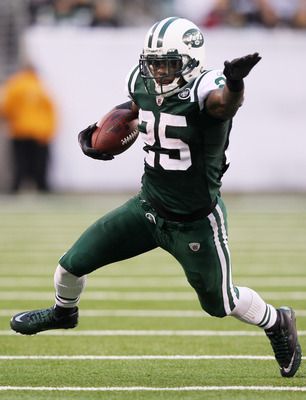 EAST RUTHERFORD, NJ - JANUARY 02:  Joe McKnight #25 of the New York Jets runs down field against the Buffalo Bills at New Meadowlands Stadium on January 2, 2011 in East Rutherford, New Jersey.  (Photo by Al Bello/Getty Images)