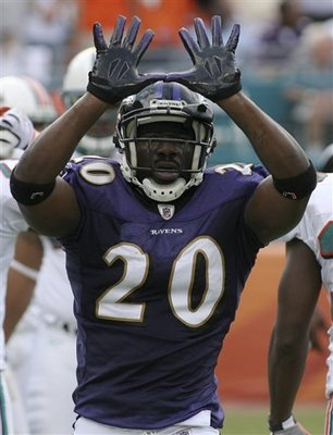 Ed_reed_throws_up_the_u_display_image