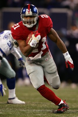 EAST RUTHERFORD, NJ - DECEMBER 03: Tiki Barber #21 of the New York Giants runs with the ball againt  the Dallas Cowboys at Giants Stadium on December 3, 2006 in East Rutherford, New Jersey.  (Photo by Chris McGrath/Getty Images)