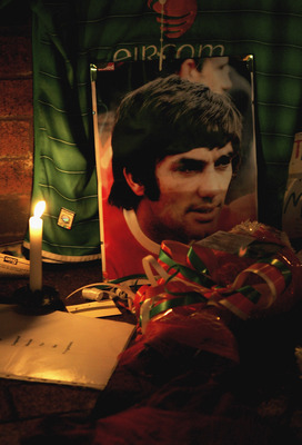 MANCHESTER, UNITED KINGDOM - NOVEMBER 25:  Candles light up tributes to George Best outside Old Trafford on November 25, 2005 in Manchester, England. Ex-footballer George Best died today after several weeks of ill health at the age of 59. (Photo by Alex L