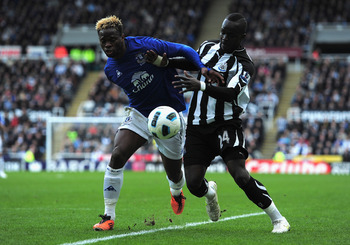 Tiote takes on Everton striker Louis Saha