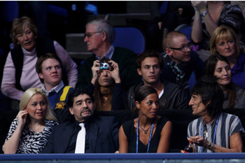 LONDON, ENGLAND - NOVEMBER 28: (L-R) Veronica Ojeda, Former Argentinian footballer Diego Maradona, Ana Araujo and Ronnie Wood of the Rolling Stones watch during the men's final between Rafael Nadal of Spain and Roger Federer of Switzerland during the ATP