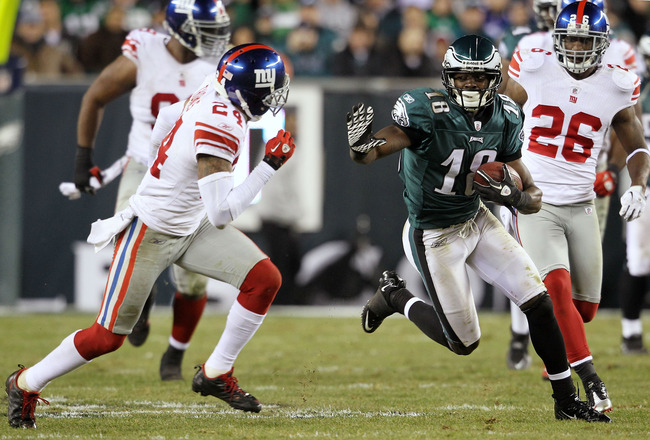 PHILADELPHIA, PA - NOVEMBER 21:  Jeremy Maclin #18 of the Philadelphia Eagles runs down field against Terrell Thomas #24 of the New York Giants at Lincoln Financial Field on November 21, 2010 in Philadelphia, Pennsylvania.  (Photo by Michael Heiman/Getty