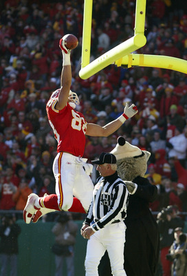 KANSAS CITY, MO - DECEMBER 1:  Tight end Tony Gonzalez #88 of the Kansas City Chiefs dunks the football over the goalposts after catching a touchdown in the second quarter against the Arizona Cardinals on December 1, 2002 at Arrowhead Stadium in Kansas Ci