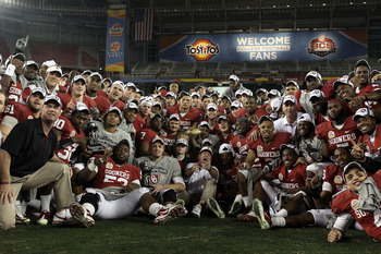 GLENDALE, AZ - JANUARY 01:  Oklahoma Sooners celebrate their 48-20 victory against the Connecticut Huskies in the Tostitos Fiesta Bowl at the Universtity of Phoenix Stadium on January 1, 2011 in Glendale, Arizona.  (Photo by Christian Petersen/Getty Image