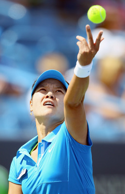 MASON, OH - AUGUST 16:  Na Li of China serves to Lucie Safarova of the Czech Republic during the Western & Southern Open at the Lindner Family Tennis Center on August 16, 2011 in Mason, Ohio.  (Photo by Elsa/Getty Images)