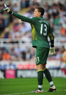 NEWCASTLE UPON TYNE, ENGLAND - AUGUST 13:  Goalkeeper Wojciech Szczesny of Arsenal gives instructions during the Barclays Premier League match between Newcastle United and Arsenal at St James' Park on August 13, 2011 in Newcastle upon Tyne, England.  (Pho