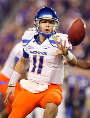 GLENDALE, AZ - JANUARY 04:  Quarterback Kellen Moore #11 of the Boise State Broncos pitches the ball in the first half against the TCU Horned Frogs during the Tostitos Fiesta Bowl at the Universtity of Phoenix Stadium on January 4, 2010 in Glendale, Arizo