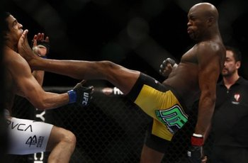 Anderson-silva-kicks-on-the-chin-of-vitor-belfort_display_image