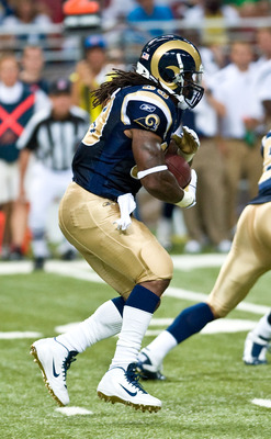 ST.LOUIS, MO - AUGUST 20: Steven Jackson #39 of the St. Louis Rams rushes for a gain during a pre-season game against the Tennessee Titans at the Edward Jones Dome on August 20, 2011 in St.Louis, Missouri.  (Photo by Ed Szczepanski/Getty Images)