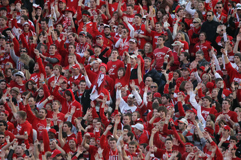 PASADENA, CA - JANUARY 01:  Fans of the Wisconsin Badgers cheers during the 97th Rose Bowl game against the TCU Horned Frogs on January 1, 2011 in Pasadena, California.  (Photo by Jeff Gross/Getty Images)