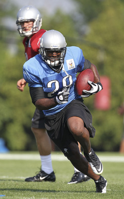 ALLEN PARK, MI - AUGUST 01:  Matthew Stafford #9 of the Detroit Lions hands the ball off to Maurice Morris #28 during the days running drills at the Lions training facility on August 1, 2011 in Allen Park, Michigan.  (Photo by Leon Halip/Getty Images)