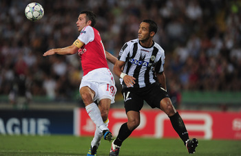 UDINE, ITALY - AUGUST 24:  Robin van Persie of Arsenal battles with Medhi Benatia of Udinese during the UEFA Champions League play-off second leg match between Udinese Calcio and Arsenal FC at the Stadio Friuli on August 24, 2011 in Udine, Italy.  (Photo