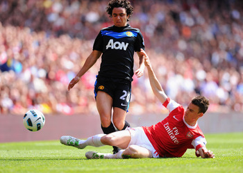 LONDON, ENGLAND - MAY 01:  Laurent Koscielny of Arsenal tackles Fabio Da Silva of Manchester United during the Barclays Premier League match between Arsenal and Manchester United at the Emirates Stadium on May 1, 2011 in London, England.  (Photo by Mike H