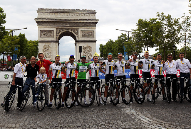 PARIS, FRANCE - JULY 24:  Mark Cavendish (7L) poses with his team HTC after the twenty first and final stage of Le Tour de France 2011, from Creteil to the Champs-Elysees in Paris on July 24, 2011 in Paris, France.  (Photo by Bryn Lennon/Getty Images)