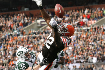 CLEVELAND - NOVEMBER 14:  Tight end Benjamin Watson #82 of the Cleveland Browns dives for a pass against safety Jim Leonhard #36 of the New York Jets at Cleveland Browns Stadium on November 14, 2010 in Cleveland, Ohio.  (Photo by Matt Sullivan/Getty Image