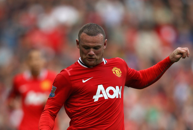 MANCHESTER, ENGLAND - AUGUST 28:  Wayne Rooney of Manchester United with the ball during the Barclays Premier League match between Manchester United and Arsenal at Old Trafford on August 28, 2011 in Manchester, England.  (Photo by Alex Livesey/Getty Image