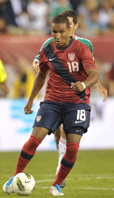 PHILADELPHIA, PA- AUGUST 10: Juan Agudelo #18 of the United States plays the ball during the game against Mexico at Lincoln Financial Field on August 10, 2011 in Philadelphia, Pennsylvania. The game ended 1-1. (Photo by Drew Hallowell/Getty Images)