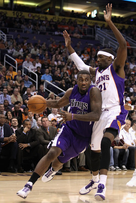 PHOENIX, AZ - FEBRUARY 13:  Donte Greene #20 of the Sacramento Kings drives the ball past Hakim Warrick #21 of the Phoenix Suns during the NBA game at US Airways Center on February 13, 2011 in Phoenix, Arizona. The Kings defeated the Suns 113-108.  NOTE T