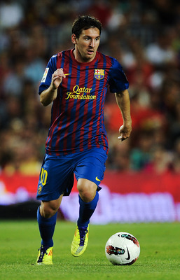 BARCELONA, SPAIN - AUGUST 22:  Lionel Messi of FC Barcelona runs with the ball during the Joan Gamper Trophy match between FC Barcelona and SSC Napoli at the Camp Nou Stadium on August 22, 2011 in Barcelona, Spain.  (Photo by David Ramos/Getty Images)