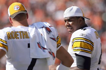 CINCINNATI - OCTOBER 19:  Quarterback Byron Leftwich #4 of the Pittsburgh Steelers talks to Ben Roethlisberger #7 during the NFL game against the Cincinnati Bengals at Paul Brown Stadium on October 19, 2008 in Cincinnati, Ohio.  (Photo by Andy Lyons/Getty