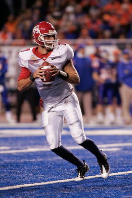 BOISE, ID - NOVEMBER 28: Tom Brandstater #7 of the Frenso State Bulldogs looks for a reciever during their game against the Boise State Broncos on November 28, 2008 at Bronco Stadium in Boise, Idaho.  (Photo by Otto Kitsinger III/Getty Images)