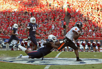 TUCSON, AZ - OCTOBER 09:  Wide receiver James Rodgers #8 of the Oregon State Beavers runs with the ball after a reception past Robert Golden #1 of the Arizona Wildcats during the second quarter of the college football game at Arizona Stadium on October 9,