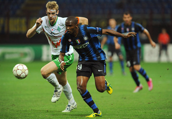 MILAN, ITALY - SEPTEMBER 29:  Samuel Eto'o of FC Internazionale Milano is challenged by Per Mertesacker of SV Werder Bremen during the UEFA Champions League group A match between FC Internazionale Milano and SV Werder Bremen at Stadio Giuseppe Meazza on S
