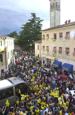 May 2001:  Chievo fans line the town's streets to celebrate the team's promotion to Serie A for the first time in the club's history in the suburb of Chievo, Verona.  DIGITAL IMAGE Mandatory Credit: Grazia Neri/ALLSPORT