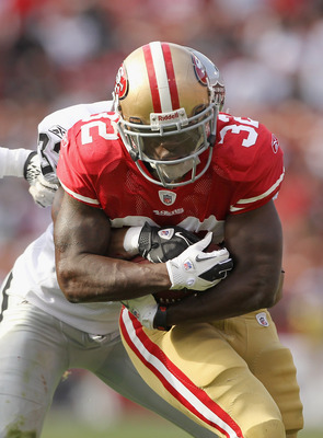 SAN FRANCISCO, CA - AUGUST 20:  Kendall Hunter #32 of the San Francisco 49ers in action against the Oakland Raiders at Candlestick Park on August 20, 2011 in San Francisco, California.  (Photo by Ezra Shaw/Getty Images)