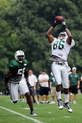 FLORHAM PARK, NJ - AUGUST 07:  Matthias Berning #58 watches Jeff Cumberland #86 catches a pass during practice at NY Jets Practice Facility on August 7, 2011 in Florham Park, New Jersey.  (Photo by Patrick McDermott/Getty Images)
