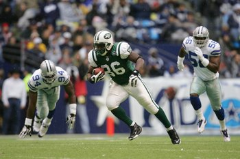 IRVING - NOVEMBER 22:  Chris Baker #86 of the New York Jets carries the ball during the NFL game against the Dallas Cowboys at Texas Stadium on November 22, 2007 in Irving, Texas. (Photo by Ronald Martinez/Getty Images)