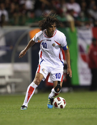CHICAGO, IL - JUNE 12: Bryan Ruiz #1o of Costa Rica controls the ball against Mexico during a CONCACAF Gold Cup 2011 match at Soldier Field on June 12, 2011 in Chicago, Illinois. Mexico defeated Costa Rica 4-1. (Photo by Jonathan Daniel/Getty Images)