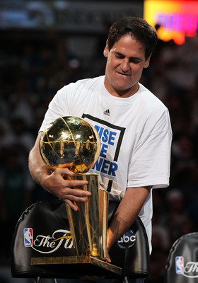 DALLAS, TX - JUNE 16:  Team owner Mark Cuban of the Dallas Mavericks with the NBA Trophy after the Dallas Mavericks Victory Parade at American Airlines Center on June 16, 2011 in Dallas, Texas.  (Photo by Ronald Martinez/Getty Images)