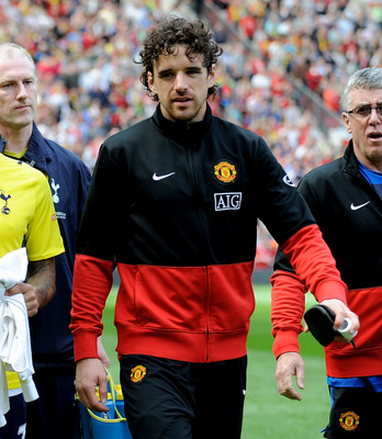 MANCHESTER, ENGLAND - APRIL 24:  Aaron Lennon of Tottenham Hotspur and Owen Hargreaves (R) of Manchester United head for the bench prior to the Barclays Premier League match between Manchester United and Tottenham Hotspur at Old Trafford on April 24, 2010