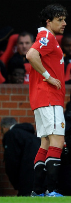 MANCHESTER, ENGLAND - NOVEMBER 06:  Owen Hargreaves of Manchester United consults with the  team physio prior to leaving the pitch with an injury during the Barclays Premier League match between Manchester United and Wolverhampton Wanderers at Old Traffor