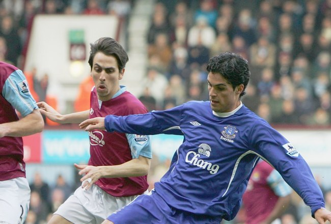 LONDON - MARCH 04:  Mikel Arteta of Everton evades Lionel Scaloni and Yossi Benayoun of West Ham United during the Barclays Premiership match between West Ham United and Everton at Upton Park on March 4, 2006 in London, England.  (Photo by David Cannon/Ge
