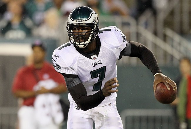 PHILADELPHIA, PA - AUGUST 25:  Michael Vick #7 of the Philadelphia Eagles in action against the Cleveland Browns during their pre season game on August 25, 2011 at Lincoln Financial Field in Philadelphia, Pennsylvania.  (Photo by Jim McIsaac/Getty Images)