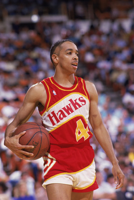 INGLEWOOD, CA - 1988:  Spud Webb #4 of the Atlanta Hawks holds the ball during a NBA game against the Los Angeles Lakers at the Great Western Forum in Inglewood, California in 1988.  (Photo by Mike Powell/Getty Images)