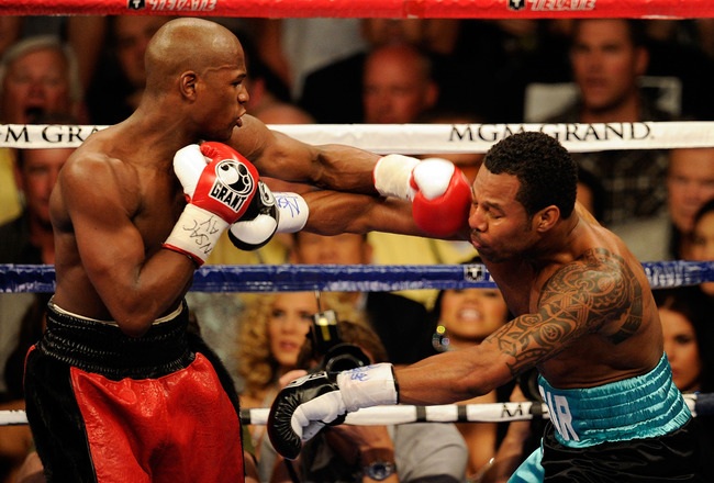 LAS VEGAS - MAY 01:  (L-R) Floyd Mayweather Jr. throws a left to the face of Shane Mosley fight during the welterweight fight at the MGM Grand Garden Arena on May 1, 2010 in Las Vegas, Nevada.  (Photo by Ethan Miller/Getty Images)