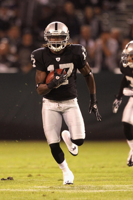 OAKLAND, CA - AUGUST 11:  Denarius Moore #17 of the Oakland Raiders in action against the Arizona Cardinals at O.co Coliseum on August 11, 2011 in Oakland, California.  (Photo by Ezra Shaw/Getty Images)