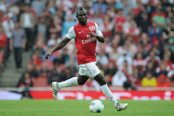 LONDON, ENGLAND - AUGUST 20:  Emmanuel Frimpong of Arsenal with the ball during the Barclays Premier League match between Arsenal and Liverpool at the Emirates Stadium on August 20, 2011 in London, England.  (Photo by Michael Regan/Getty Images)