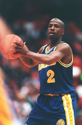 12 Dec 1993: KEITH JENNINGS OF THE GOLDEN STATE WARRIORS LOOKS TO PASS DURING THE 100-97 WIN OVER THE LOS ANGELES LAKERS AT THE GREAT WESTERN FORUM IN LOS ANGELES, CALIFORNIA.