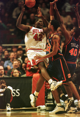 01 Dec 2000: Center Marcus Camby #23 of the New York Knicks knocks the ball away from Forward Elton Brand #42 of the Chicago Bulls at the United Center in Chicago, Illinois. The Knicks defeated the Bulls 91-86. Mandatory Credit: Jonathan Daniel/ALLSPORT