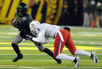 EUGENE, OR - NOVEMBER 26: Quarterback Darron Thomas #1 of the Oregon Ducks tries to avoid the cornerback Mike Turner #2 of the Arizona Wildcats in the third quarter of the game at Autzen Stadium on November 26, 2010 in Eugene, Oregon. The Ducks won the ga