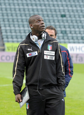 TORSHAVN, DENMARK - SEPTEMBER 02:  Mario Balotelli (R) of Italy looks on before the EURO 2012 Qualifier match between Faroe Islands and Italy at Torsvollur Stadium on September 2, 2011 in Torshavn, Denmark.  (Photo by Claudio Villa/Getty Images)