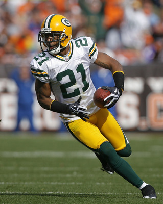 CLEVELAND, OH - OCTOBER 25:  Charles Woodson #21 of the Green Bay Packers returns an interception against the Cleveland Browns at Cleveland Browns Stadium on October 25, 2009 in Cleveland, Ohio.  (Photo by Matt Sullivan/Getty Images)
