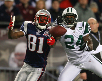 FOXBORO, MA - NOVEMBER 22:  Darrelle Revis #24 of the New York Jets defends against Randy Moss #81 of the New England Patriots at Gillette Stadium on November 22, 2009 in Foxboro, Massachusetts. (Photo by Jim Rogash/Getty Images)
